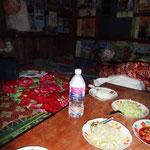 Abendbrot gleich neben dem Matratzenlager