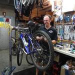 Der zweite Reifen muss auch noch ersetzt werden - Andrew vom Placerville Bike Shop