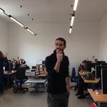 Il prof. Marcello Cualbu chiede agli studenti se hanno idea di cosa si possa fare con una Stampante 3D