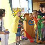 """Mit kleinen Gesangs- und Theatereinlagen – hier der """"Streit der Farben"""" – verabschiedeten sich die Schüler von ihrer Schulleiterin."""
