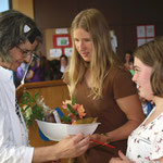 Auch Theresa und Luisa (von rechts) hatten ein kleines Abschiedsgeschenk für Margit Lesch.