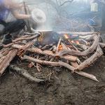 Kochen über dem Feuer. Wenn nur das Holz nicht durch und durch nass wäre........