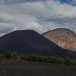 Im Vordergrund der Cerro Negro, dahinter ein älter Vulkankegel.