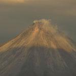 Blick auf den Gipfel des Arenals mit dem Lavadom, welcher von 1968-2010 aktiv war. Genau 3 Monate nach unserem Besuch hörte die Aktivität auf........