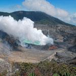 Säuresee des Poas (Costa Rica). Der Dampf ist so ätzend, dass bisin 3 Kilometer entfernung nichts wächst.