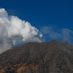 Dampf steigt als Warnzeichen über dem Turrialba (Costa Rica) auf. Der Wald ist zerstört von den ätzenden Gasen. Unterdessen gab es mehrere Explosionen.