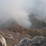 Blick in den Schlund des Masaya, Nicaragua. Nach einem Kolaps der Kraterwand ist der Lavasee überdeckt, was die Gefahr einer Explosion erhöht.