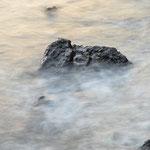 Lavastein umspült vom Meer.