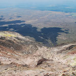 Blick vom Gipfel des Momotombo auf die Lavaströme des letzten Ausbruches.