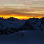 Rosenhorn (3689m) im Morgenlicht. Weit hinten über dem Joch der 41km entfernte Titlis.
