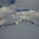 Walcherhorn (3692m) dahinter das Schreckhorn (4078m), rechts Grosses Fiescherhorn (4049m).