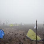 Unser in der äusseren Caldera gelegenen Camp für die nächsten 2 Nächte im dicken Nebel.