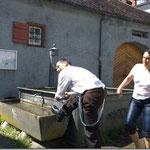 U zum Dessär e Hoselupf im Dorfbrunne