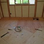 断熱材の上に床板が張られます。