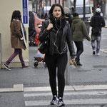 ニース市街を闊歩する女性