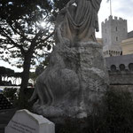 広場に立つ銅像①