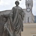 広場に立つ銅像② 1羽の鳥が