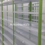 estantes con entrepaños metálicos