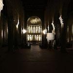 L'interno illuminato della chiesa