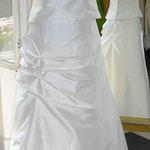 Hochzeitskleid aus feinster Seidemit seitlicher Raffung und angeschnittener Schleppe