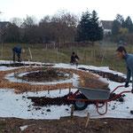 Nach und nach werden die Beetflächen und die Wege angelegt