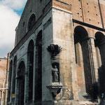 Vista laterale della facciata in cui si vede la statua di S. Nicola da Tolentino.