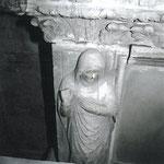 Vista parziale della formella del monumento funerario del Sanguinacci (foto prima del restauro).