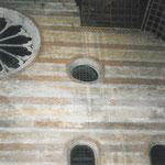 Particolare dell'interno della facciata principale in cui si notano i segni delle infiltrazioni d'acqua a causa delle coperture degradate (foto prima del restauro).