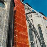 Impianto di cantiere: particolare della torre in ponteggi realizzata per la risalita degli operai e dei materiali d'uso (foto durante i lavori di restauro).