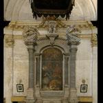 Presbiterio posto sulla parete interna a est