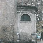 Particolare dell'esterno della Cappella Cortellieri, in cui si notano le cattive condizioni dell'intonaco esterno e l'evidente umidità di risalita presente nella parte bassa della muratura. (foto prima del restauro).