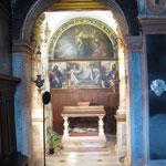 Vista  di una cappella laterale dalla navata principale