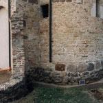 Particolare dello scavo eseguito nella zona est (abside) della chiesa; in questa area gli scavi erano già stati eseguiti durante i precedenti lavori di restauro (1978 - 80) per realizzare le sottofondazioni dell'abside. In questa zona non sono stati fatti