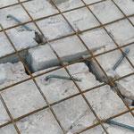 Particolare della fessurazione della volta: si notino i perni fissati mediante resine alla volta, legati alla rete elettrosaldata predisposta per il consolidamento (foto durante i lavori di restauro).