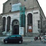 Vista dell'inpalcatura sulla facciata principale della chiesa durante il restauro del rosone.