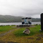 Ein Rastplatz mit Gedenkstein gegen den Faschismus