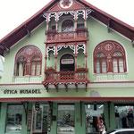 in der City sind viele hübsche Häuser - aber oft neben hässlichen Kästen