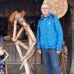 """Das ist Bernd vor dem Laden eines """"Holzwurms"""""""