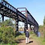 eine Eisenbahnbrücke ...
