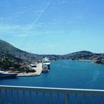 in Dubrovnik steht ein kleines Kreuzfahrtschiff