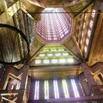 die moderne Kirche ist bis in die Spitze mit Fenstern durchsetzt