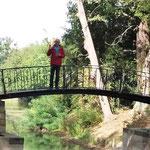 und vielen Brücken über Wasserläufe...