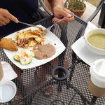 Mittag - lecker Rührei (was so komisch aussieht ist so etwas wie Erbspürree und schmeckt super)