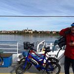eine Radtour führt uns mit der Fähre über die Elbe...