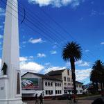 der Obelisk steht vor dem neu restaurierten Bahnhof