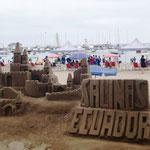 große Jungs haben eine Sandburg bebaut