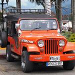 16 Personen + Fahrer werden mit so einem Jeep transportiert!