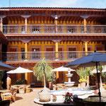 der Innenhof eines hübschen Hotels