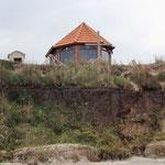 kleine Kapelle oberhalb des Strandes