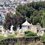historischer Friedhof auf dem nächsten Berg